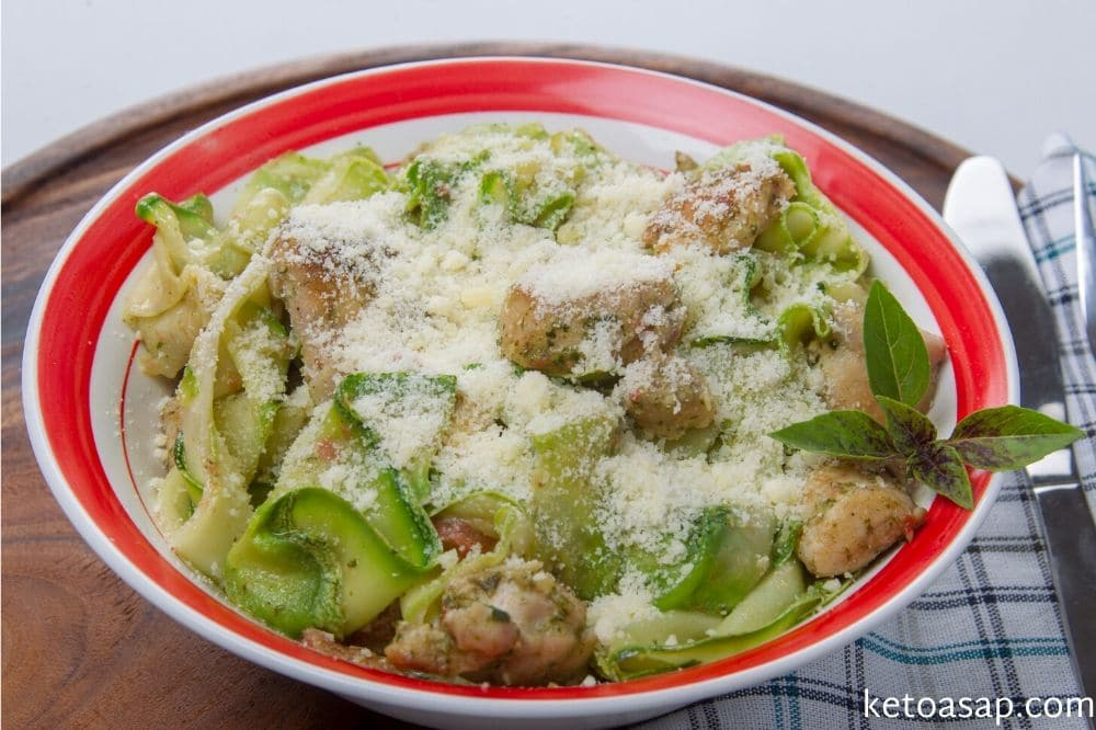 add pesto sauce to zucchini noodle and serve