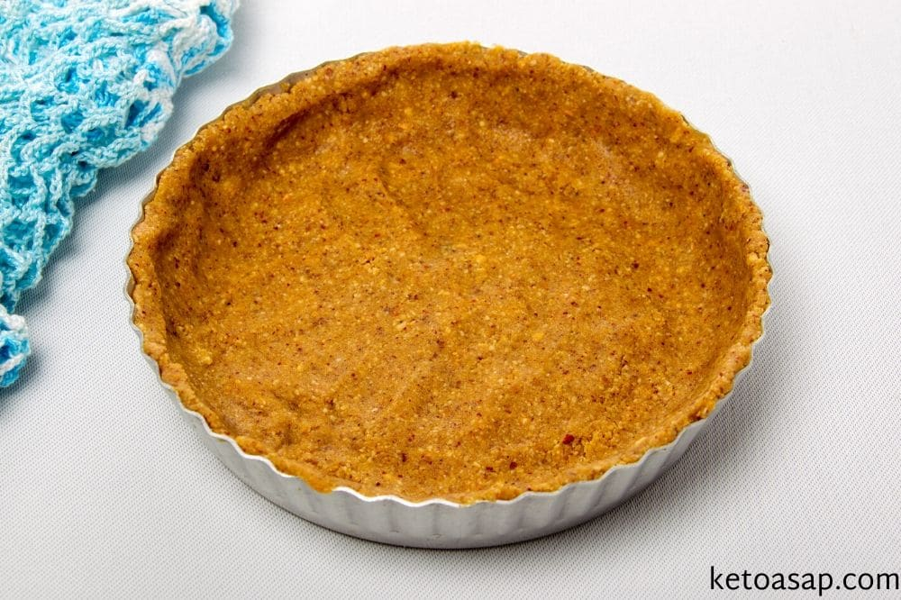 pour pumpkin crust in pan